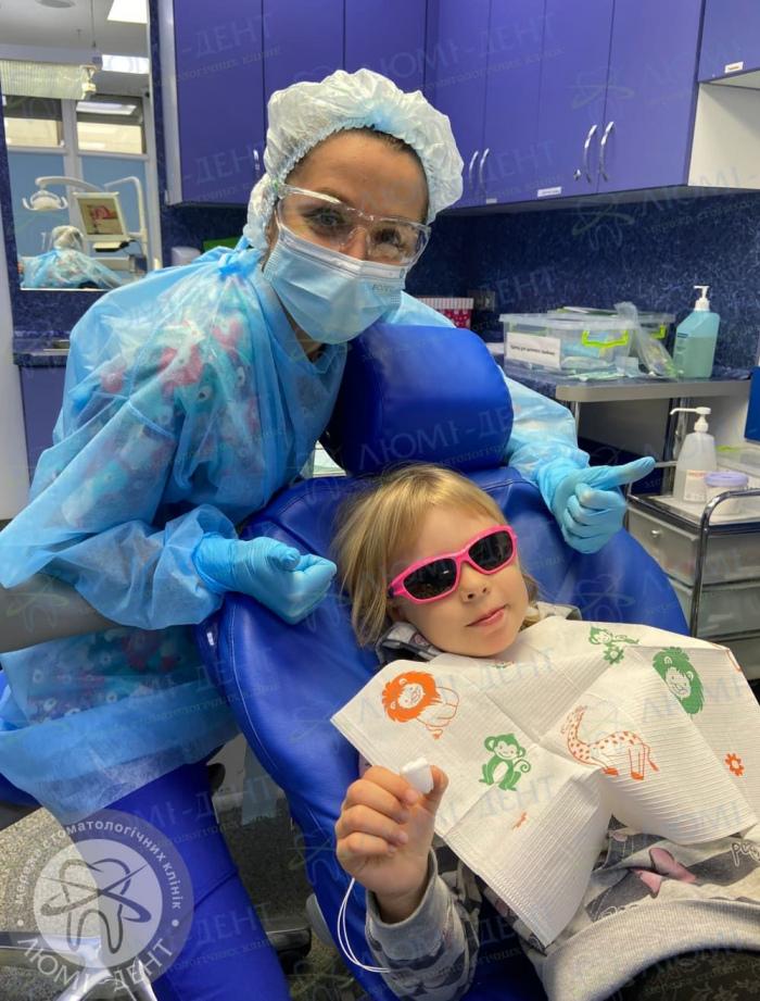 как держать ребенка у стоматолога фото ЛюмиДент